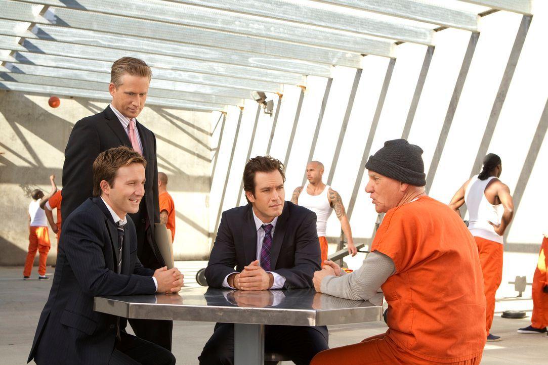 Vom Knast aus verfügt Stanton Infeld (Malcolm McDowell, r.), dass Franklin (Breckin Meyer, vorne l.), Bash (Mark-Paul Gosselaar, M.) und Karp (Reed... - Bildquelle: 2011 Sony Pictures Television Inc. All Rights Reserved.