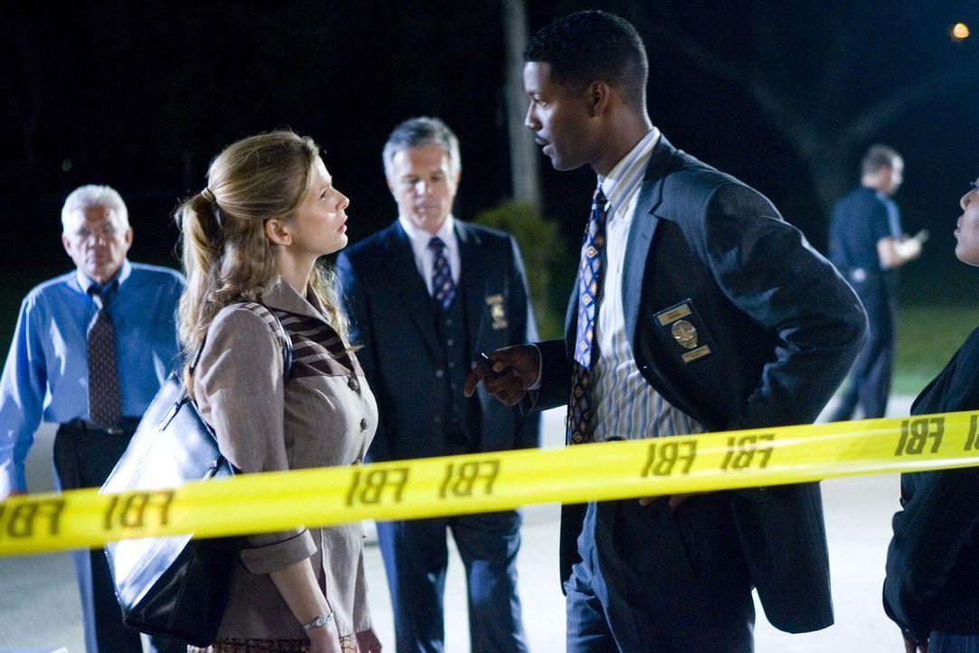 """Als die Frau eines Kronzeugen und ein FBI Agent vor dem """"Safe House"""" ermordet aufgefunden werden, müssen Brenda (Kyra Sedgwick, l.) und auch David (... - Bildquelle: Warner Brothers"""