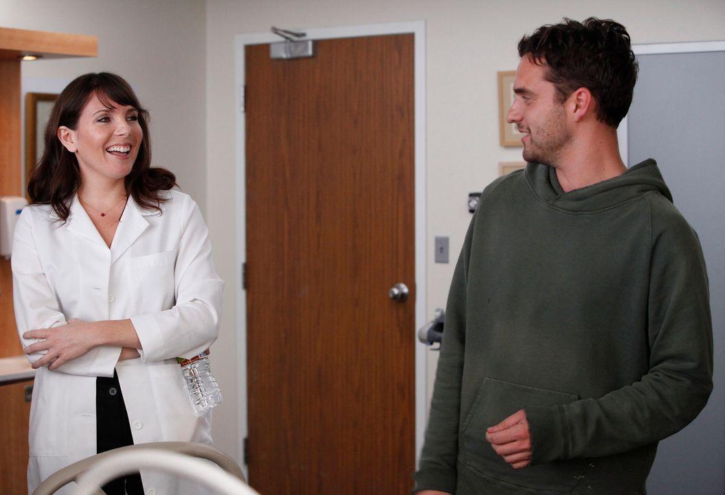 Nick (Jake M. Johnson, r.) wird bei einem Footballspiel am Rücken verletzt. Als Jess erfährt, dass er nicht krankenversichert ist, bringt sie ihn zu... - Bildquelle: 20th Century Fox