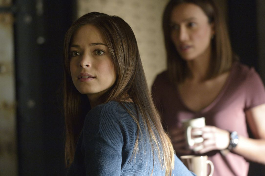 Wollen Vincent und Tori helfen: Cat (Kristin Kreuk, l.) und Tess (Nina Lisandrello, r.) ... - Bildquelle: 2013 The CW Network, LLC. All rights reserved.