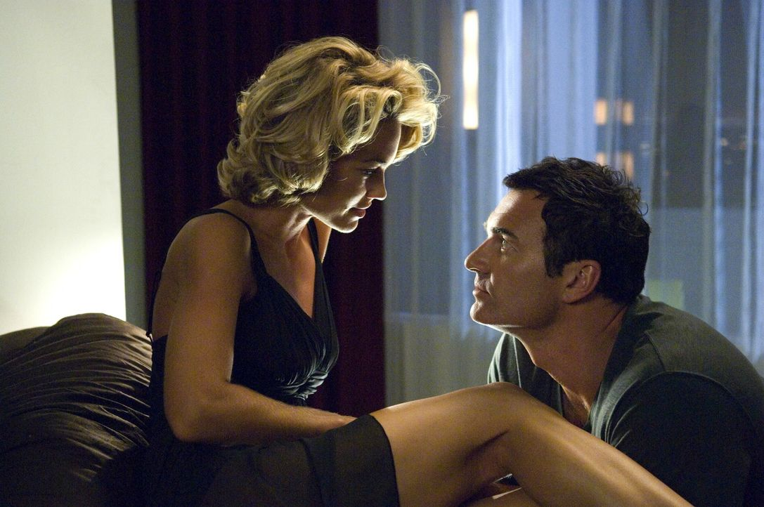 Christian (Julian McMahon, r.) wagt endlich den Schritt und bittet Kimber (Kelly Carlson, l.) seine Frau zu werden ... - Bildquelle: TM and   2005 Warner Bros. Entertainment Inc. All Rights Reserved.
