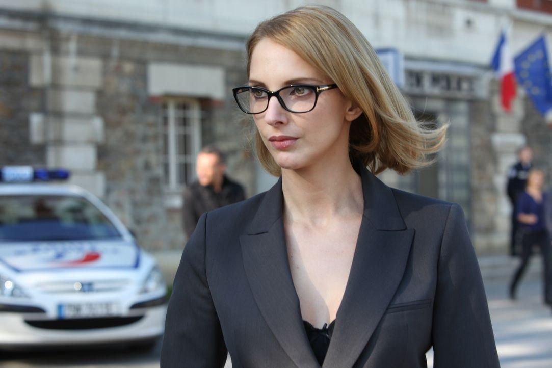 Die Anwältin Barbara Cluzel (Frédérique Bel) macht Rocher das Leben schwer ... - Bildquelle: Xavier Cantat 2011 BEAUBOURG AUDIOVISUEL