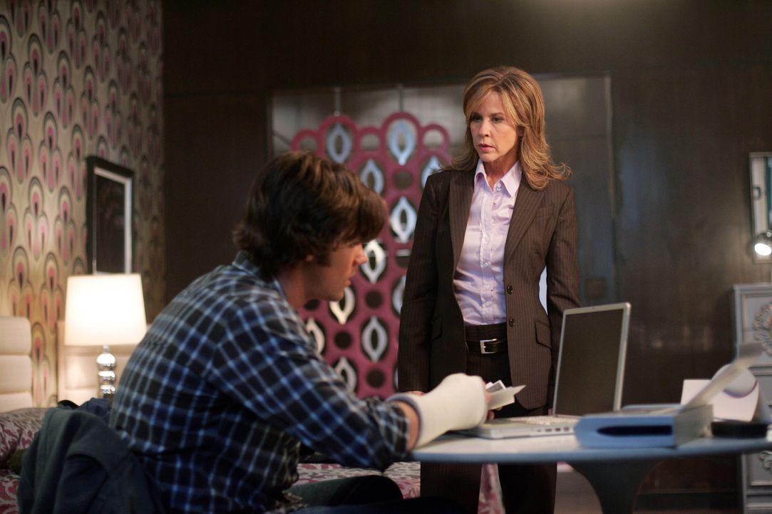 Sam (Jared Padalecki, l.) erhält in seinem Motelzimmer überraschenden Besuch von der Polizistin Diana Ballard (Linda Blair, r.). Doch warum nur?