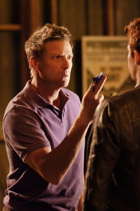 Tom (Doug Savant, l.) findet im Proberaum eine Kondompackung und vermutet sofort, dass Porter (Charles Carver, r.) etwas damit zu tun hat ... - Bildquelle: ABC Studios