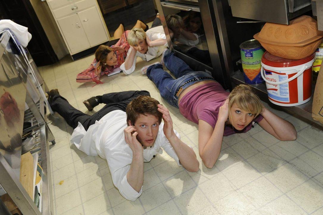 Panik bricht aus, als die Polizei die Küche der Goldelse stürmt: Jojo (Bernhard Bozian, vorne l.), Brigitte (Joana Schümer, hinten l.), Susanne (... - Bildquelle: SAT.1