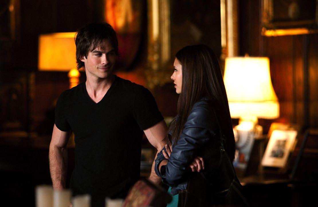 Elena (Nina Dobrev, r.) lernt Stefans Bruder Damon Salvatore (Ian Somerhalder, l.) kennen. - Bildquelle: Warner Brothers