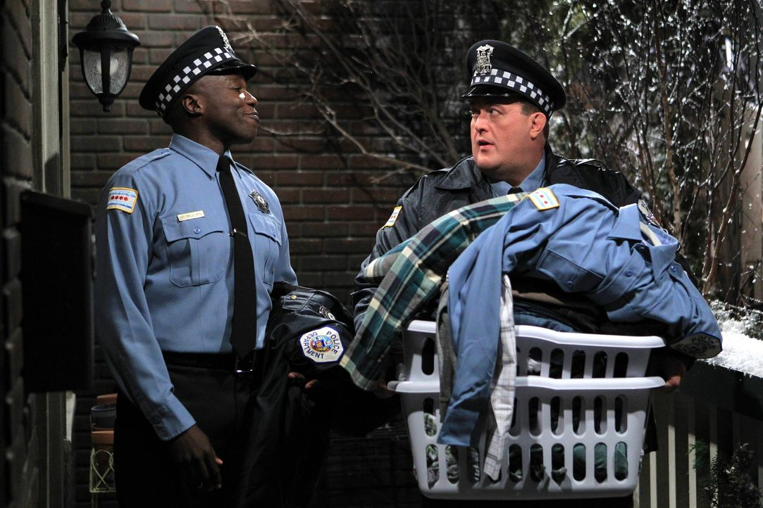 Während Mike (Billy Gardell, r.) den Keller für sich und Molly herrichtet, bekommt Carl (Reno Wilson, l.) einen Mitbewohner ... - Bildquelle: Warner Brothers