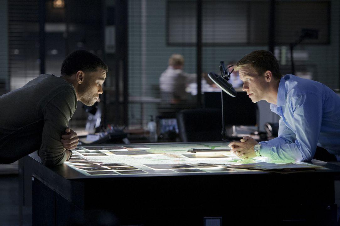 Ein neuer Fall beschäftigt Travis (Michael Ealy, l.) und Wes (Warren Kole, r.) ... - Bildquelle: USA Network