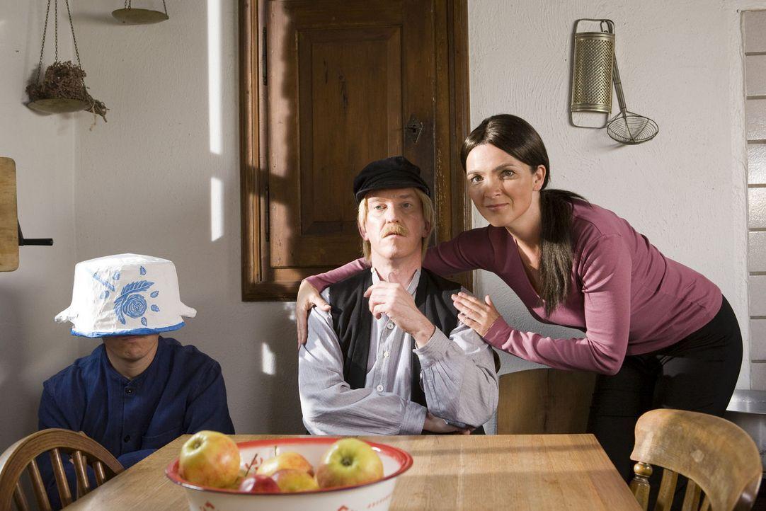 Die Super Nanny (Susanne Pätzold, r.) zeigt Michels Vater (Peter Nottmeier, M.), dass man freche Jungs wie Michel (Bernhard Hoëcker, l.) nicht imm... - Bildquelle: ProSieben
