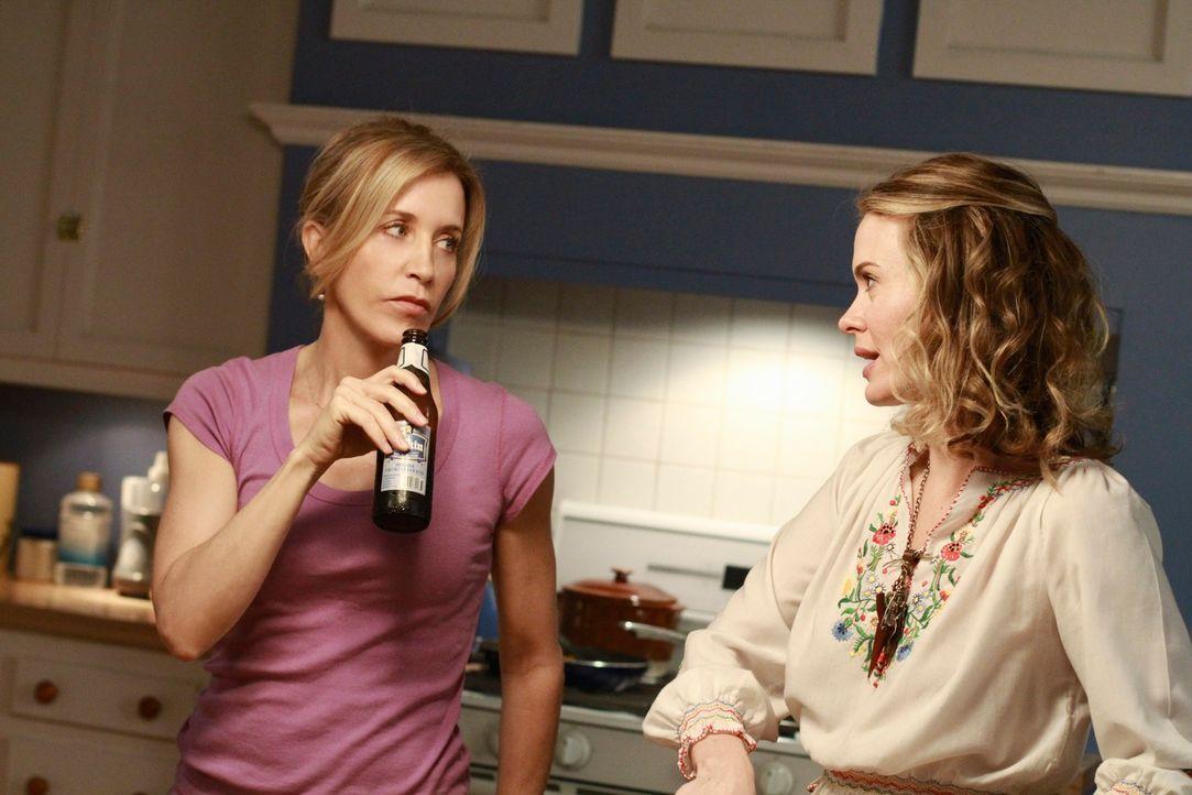 Während Bree und Gaby versuchen herauszufinden, ob Chuck irgendetwas von ihrem Geheimnis ahnt, bekommt Lynette (Felicity Huffman, l.) Besuch von ihr... - Bildquelle: ABC Studios