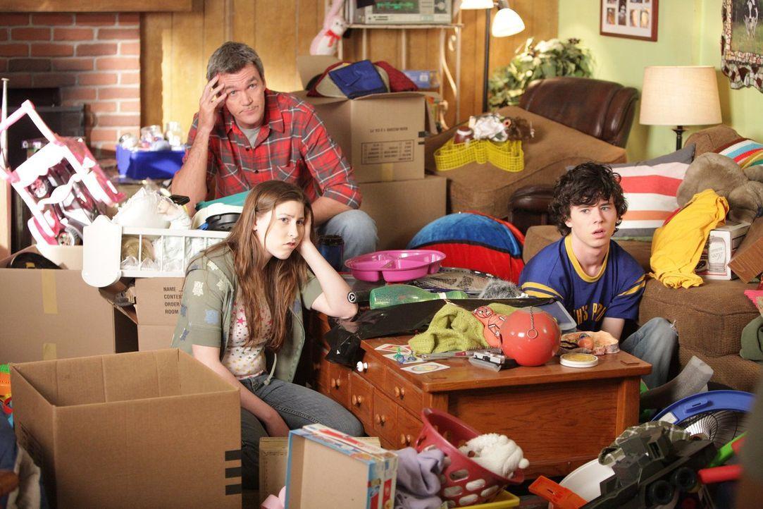 Absolutes Chaos: Selbst nach Stunden des Aufräumens sieht das traute Heim von Mike (Neil Flynn, M.), Sue (Eden Sher, l.) und Brick (Atticus Shaffer,... - Bildquelle: Warner Brothers