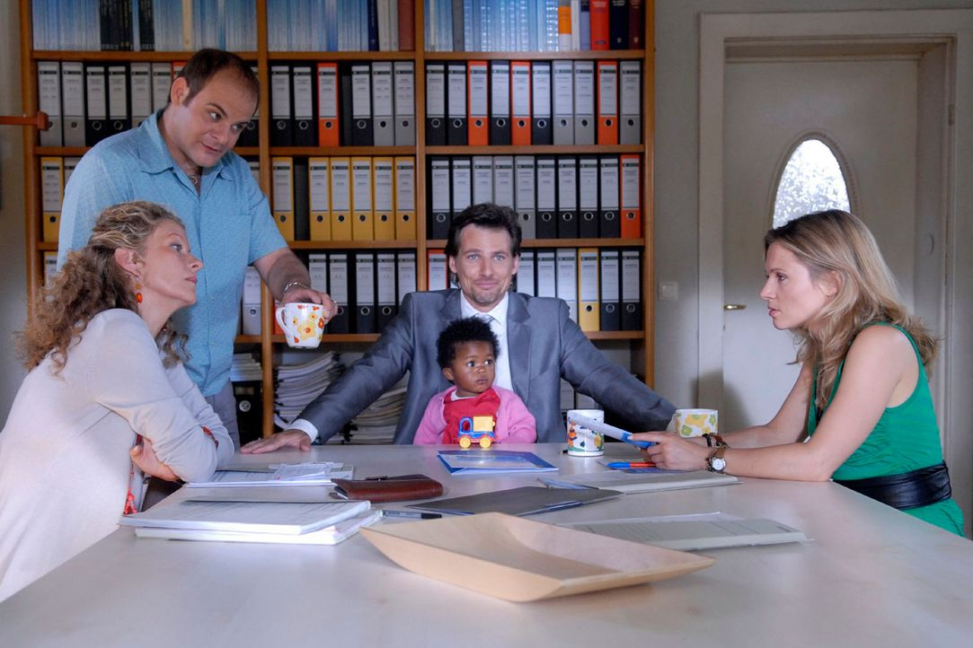 Alex (René Steinke, M. mit Soraya Haack) stellt Barbara (Anuk Ens, l.), Thomsen (Matthias Klimsa, 2.v.l.) und Sophie (Daniela Preuß, r.) den Fall Qu... - Bildquelle: Christoph Assmann Sat. 1