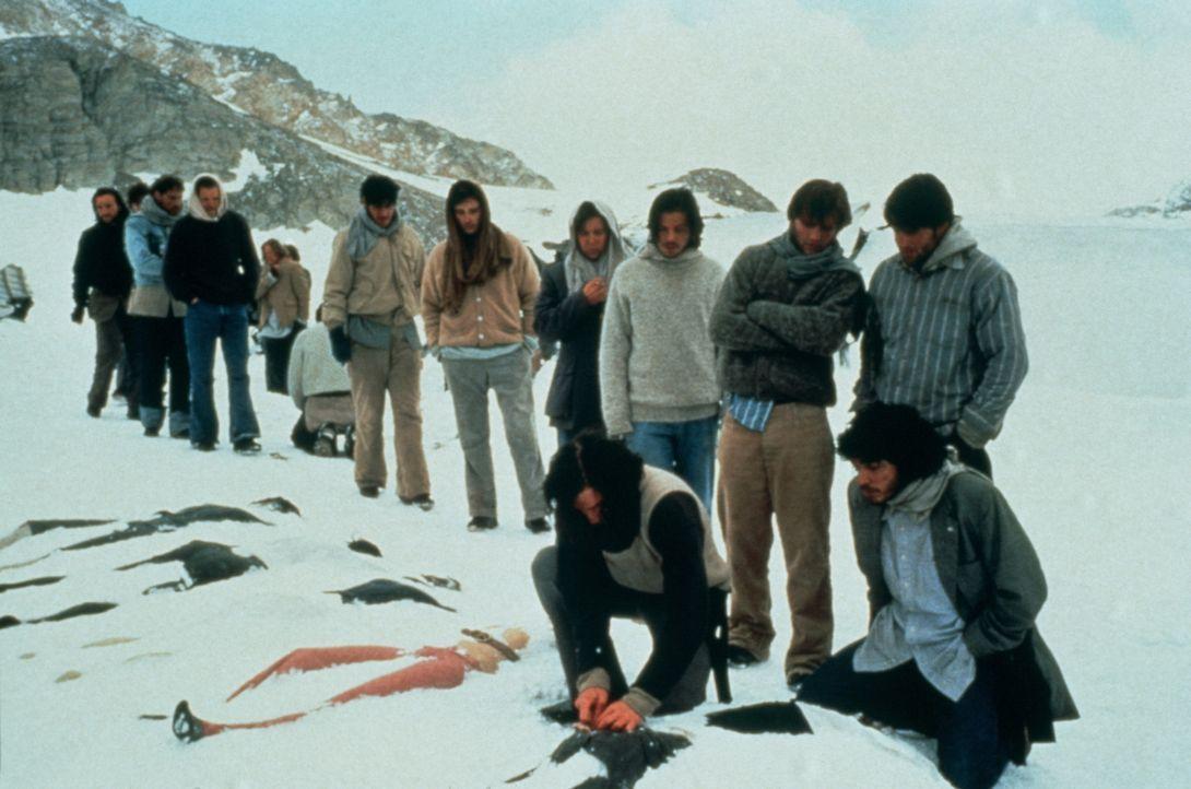 Die Überlebenden des Flugzeugabsturzes begraben die Toten - noch ist der Gedanke an Kannibalismus weit, weit weg ... - Bildquelle: Buena Vista Pictures