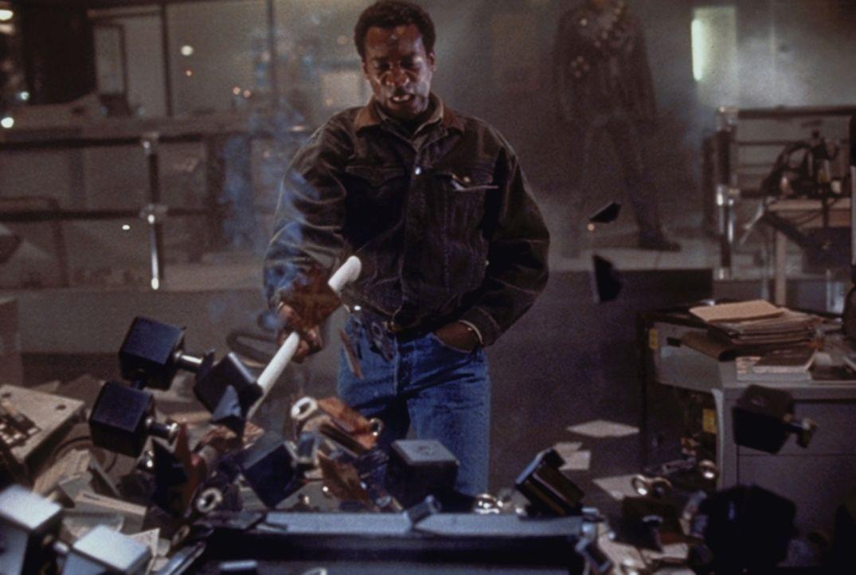 Mit Hilfe des Wissenschaftlers Dyson (Joe Morton) versuchen Sarah und der Terminator, den bevorstehenden atomaren Exitus zu verhindern ... - Bildquelle: Columbia TriStar Films