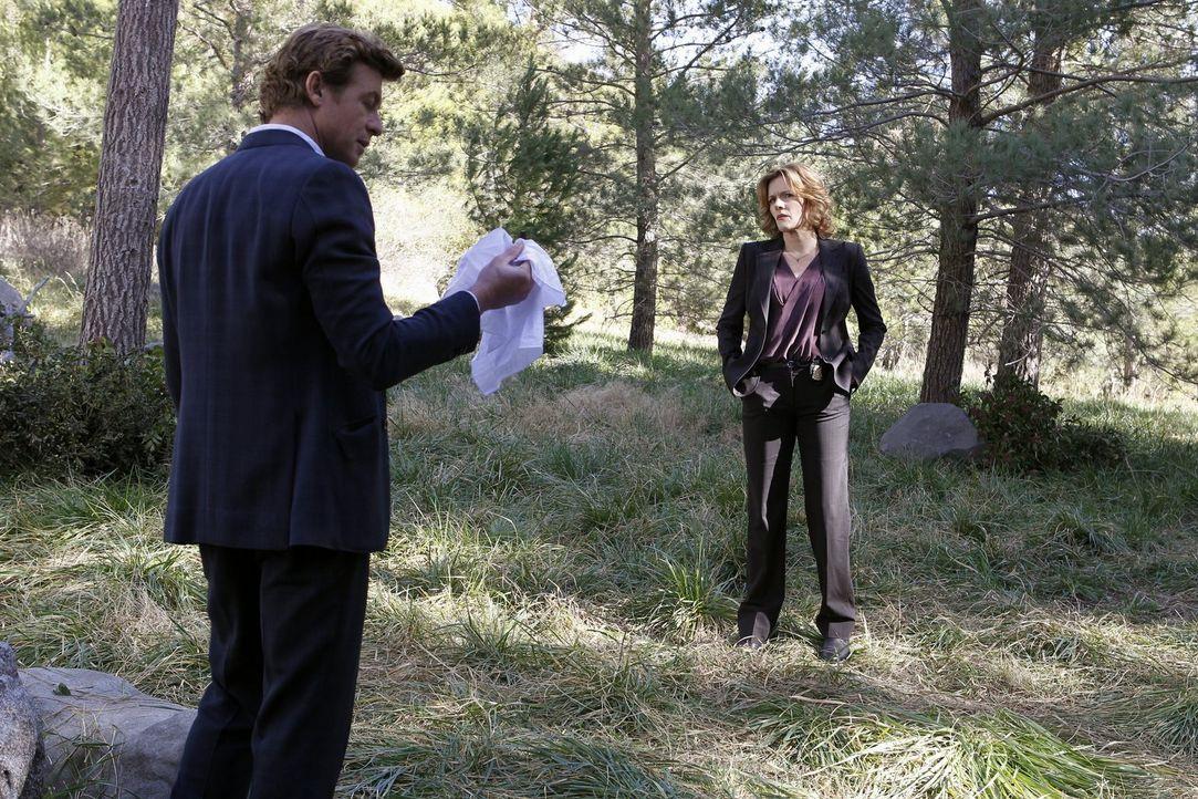 Willigt ein, Agent Susan Darcy (Catherine Dent, r.) in einem Mordfall zu helfen, auch wenn er vermutet, dass sie ihn nicht ohne Hintergedanken um se... - Bildquelle: Warner Bros. Television