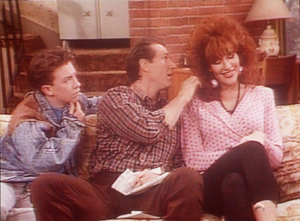 (v.l.n.r.) Bud (David Faustino) und Al (Ed O'Neill) schätzen ab, ob sich mit Peggys (Katey Sagal) Haaren Geld verdienen ließe. - Bildquelle: Sony Pictures Television International. All Rights Reserved.
