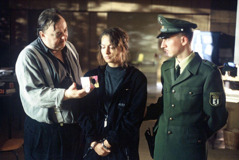 Kommissar Paule Pietsch (Dieter Pfaff, l.) fordert von Gina Lohr (Simone Thomalla, M.) die Wahrheit. - Bildquelle: Ronald Siemoneit Sat.1