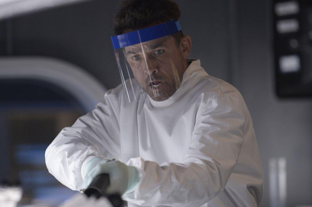 Auch wenn Alan (Billy Campbell) glaubt, bei seinen Forschungen endlich einen Fortschritt gemacht zu haben, ahnt er nicht, dass Hatakes wissenschaftl... - Bildquelle: 2014 Sony Pictures Television Inc. All Rights Reserved.