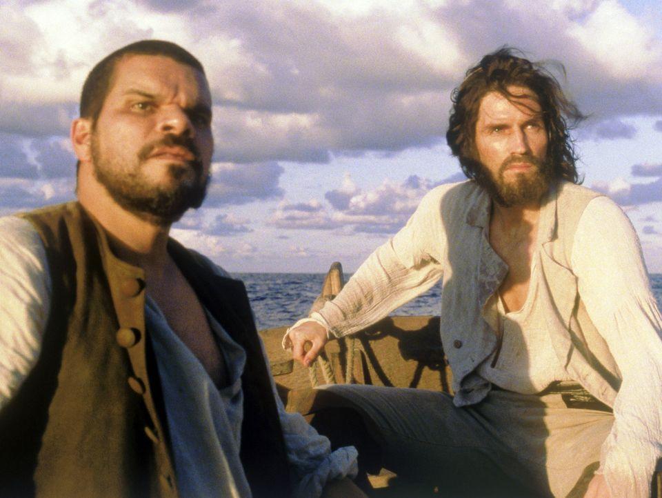 Endlich Chateau d'If entkommen: Jacopo (Luis Guzmán, l.) und Edmond Dantès (James Caviezel, r.) ... - Bildquelle: Touchstone/Spyglass Entertainment Group, L.P.