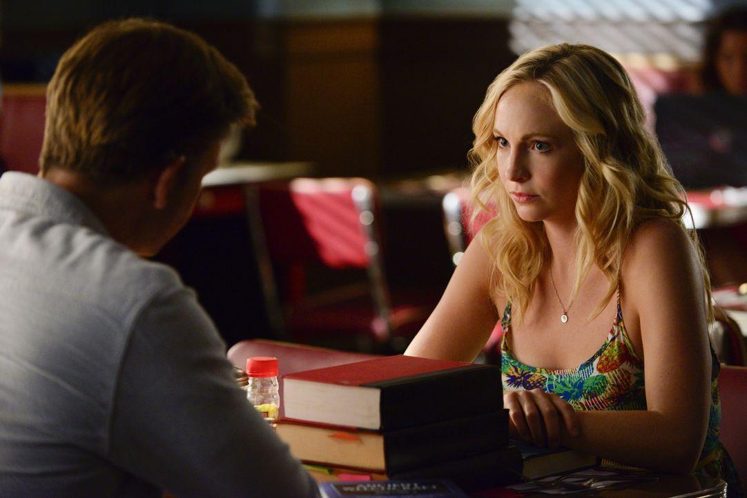 Caroline sucht Alarics Hilfe - Bildquelle: Warner Bros. Entertainment Inc.
