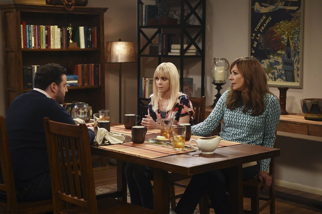 Werden Violet und Gregory (David Krumholtz, l.) zum Essen eingeladen: Christy (Anna Faris, M.) und Bonnie (Allison Janney, r.) ... - Bildquelle: 2015 Warner Bros. Entertainment, Inc.