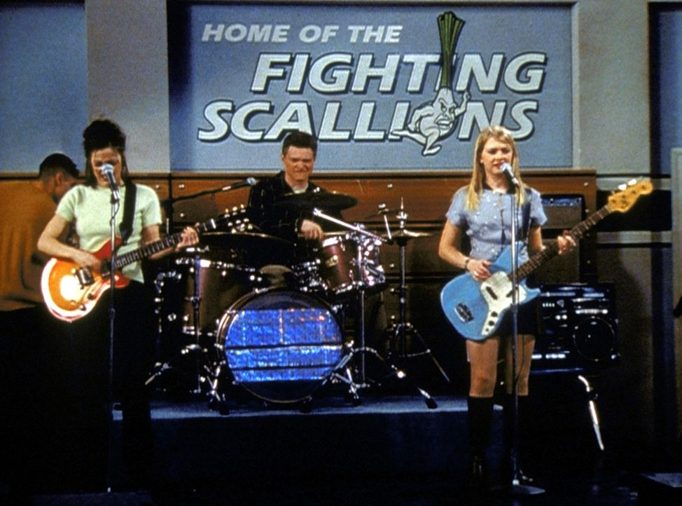 Sabrina (Melissa Joan Hart, r.), Harvey (Nate Richert, M.) und Valerie (Lindsay Sloane, l.) machen bei einem Band-Wettbewerb mit ... - Bildquelle: Paramount Pictures