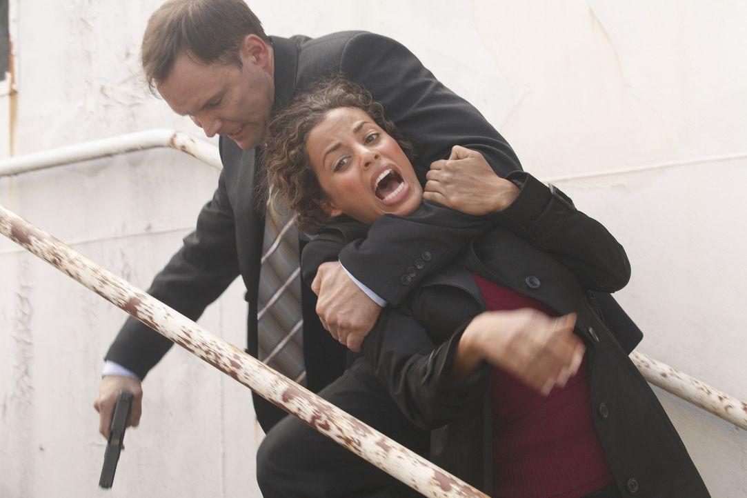 Geheimagentin Melissa Cruz (Athena Karkanis, r.) wird von Verbrechern (Eric Brecker, l.) entführt, die an ihr Wissen herankommen wollen. Kann Neil... - Bildquelle: 2008 Operation Eagle Productions Inc. All Rights Reserved.