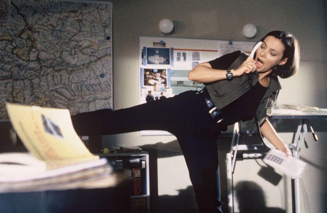 Antonella (Sandra Cervik) kann's mal wieder nicht lassen: Während sie Stockinger die aktuellen News zum Fall Assigal durchgibt, macht sie ihre tägli... - Bildquelle: Hermann Huber Sat.1