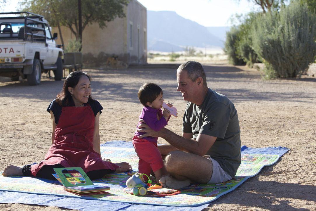 Boesman (r.) und seine japanische Ehefrau Yuri (l.) sind seit 2007 verheiratet, ihre Tochter Layla (M.) ist 11 Monate alt. - Bildquelle: Renegade Pictures