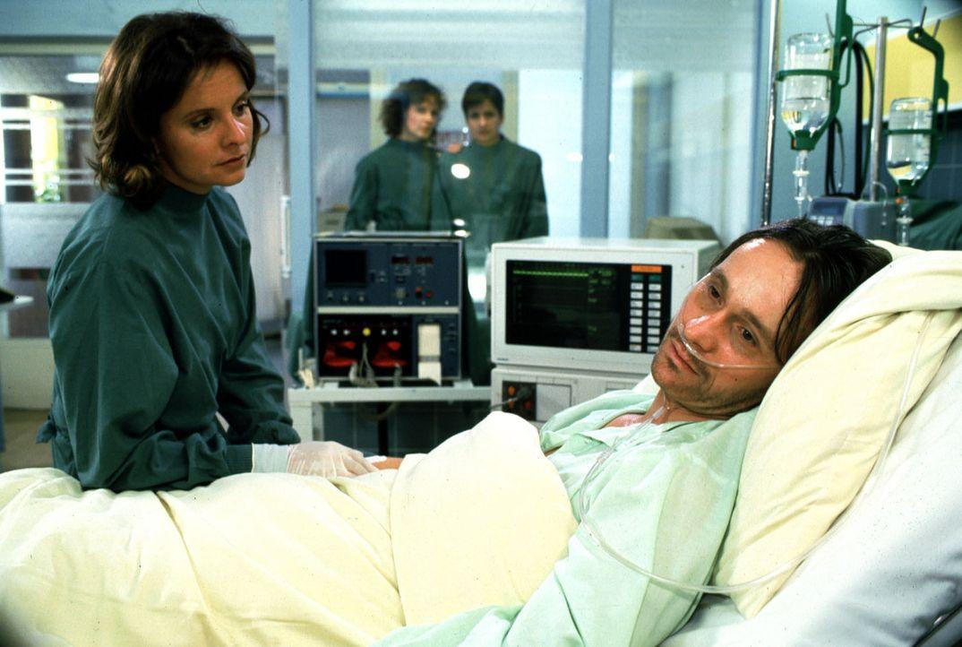 Gregor Gronau (Thomas Darchinger, r.) wurde halb ertrunken ins Krankenhaus eingeliefert. Als die Ärzte feststellen, dass er HIV-infiziert ist, macht... - Bildquelle: Noreen Flynn Sat.1