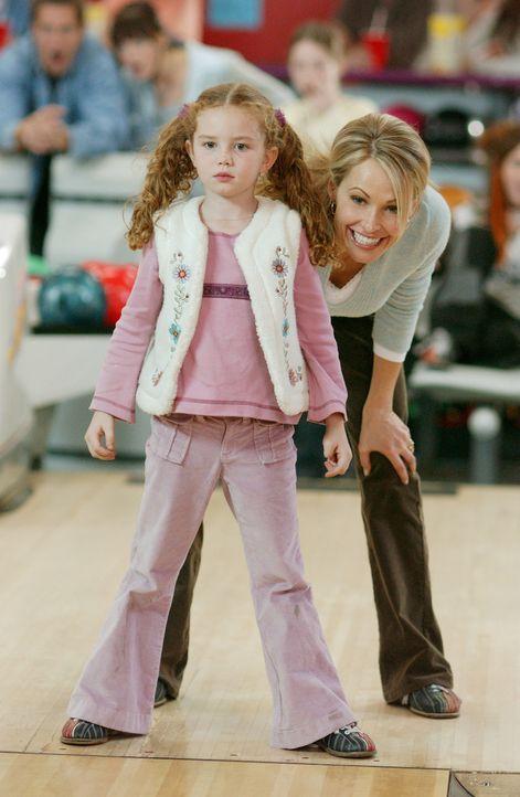 Carrie (Josie Bissett, hinten) hofft, dass sich ihre Kleine (Jessie Wright, vorne) schnell an den Gedanken gewöhnt, jetzt nicht mehr drei, sondern... - Bildquelle: ABC FAMILY