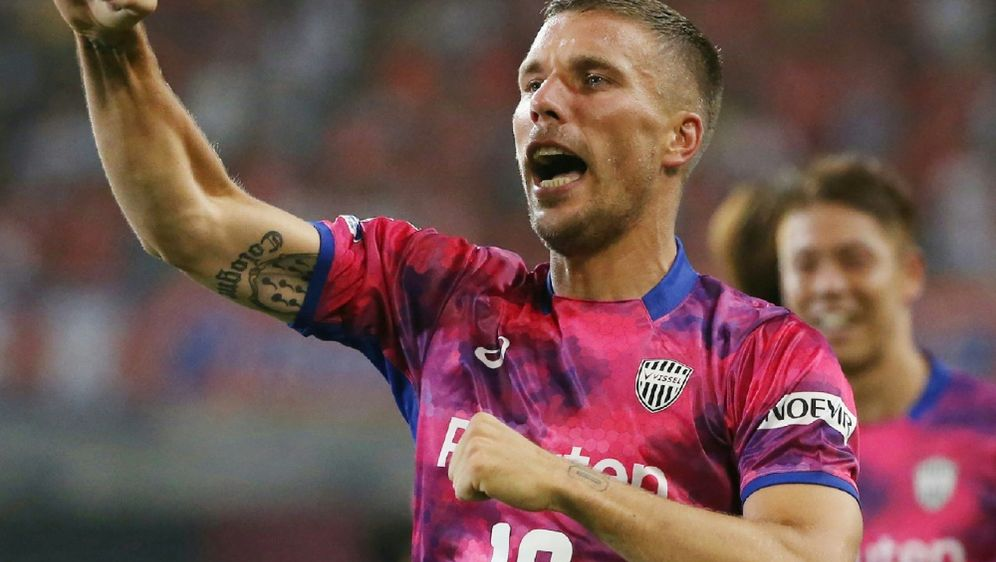 Lukas Podolski feiert mit Vissel Kobe einen 2:1-Sieg - Bildquelle: AFPSIDSTR