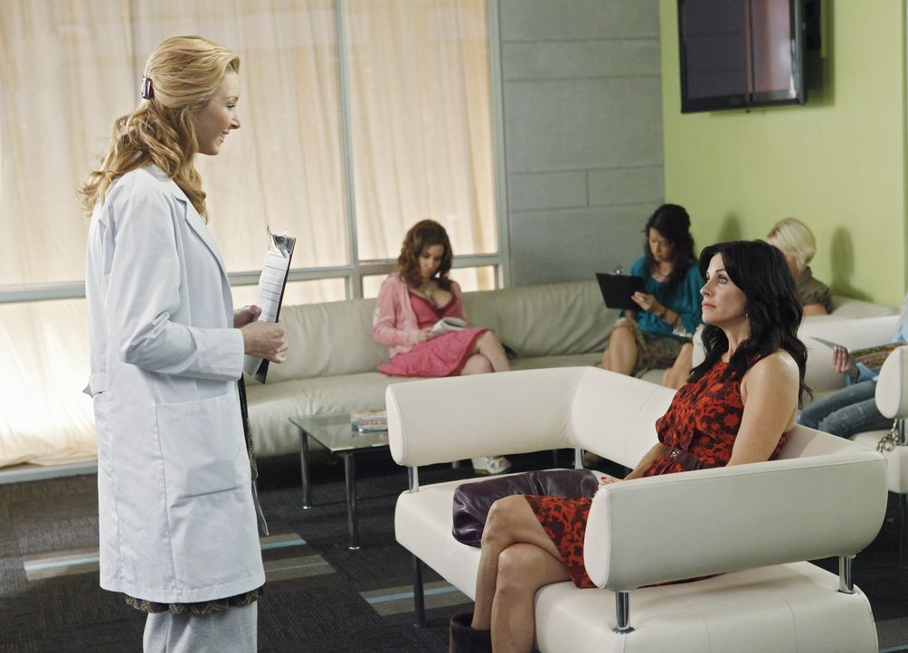 Jules (Courteney Cox, r.) gibt ihre Taktik bald auf, da sie mit extremer Freundlichkeit bei Dr. Evans (Lisa Kudrow, l.) keine Chance hat ... - Bildquelle: 2009 ABC INC.