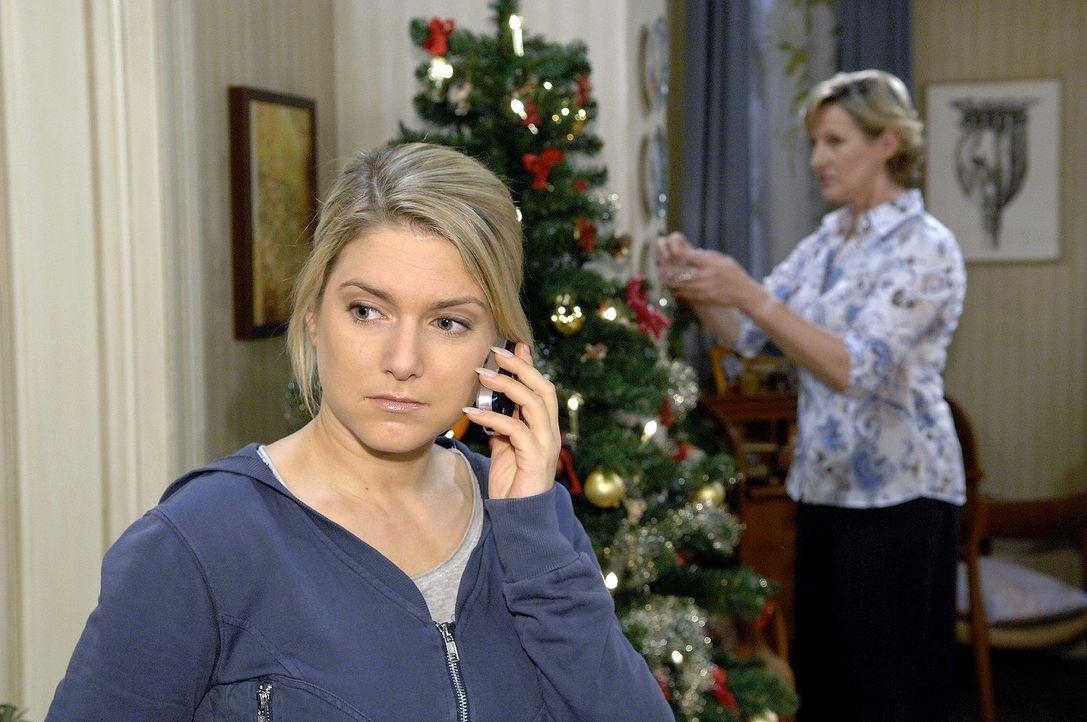 Während Anna (Jeanette Biedermann, l.) und Susanne (Heike Jonca, r.) den Baum schmücken, macht sich Anna Sorgen, warum Jannick sich nicht meldet. - Bildquelle: Claudius Pflug Sat.1