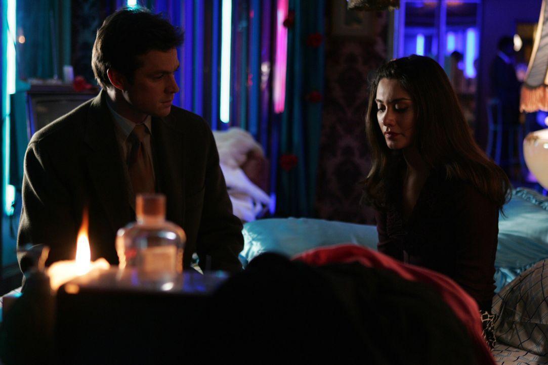 Martin Fritzgerald (Eric Close, l.) befragt Gabriela (Danielle Keaton, r.), um mögliche Hinweise zu erhalten ... - Bildquelle: Warner Bros. Entertainment Inc.