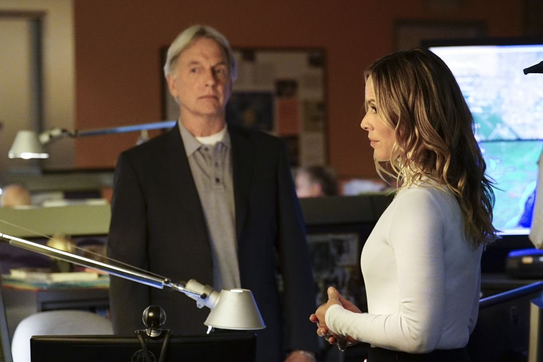 Jack (Maria Bello, r.) öffnet dem NCIS-Team die Augen, als sie vermutet, dass die Käufer der geheimen Software keine digitalen Spuren hinterlassen -... - Bildquelle: Monty Brinton 2017 CBS Broadcasting, Inc. All Rights Reserved.