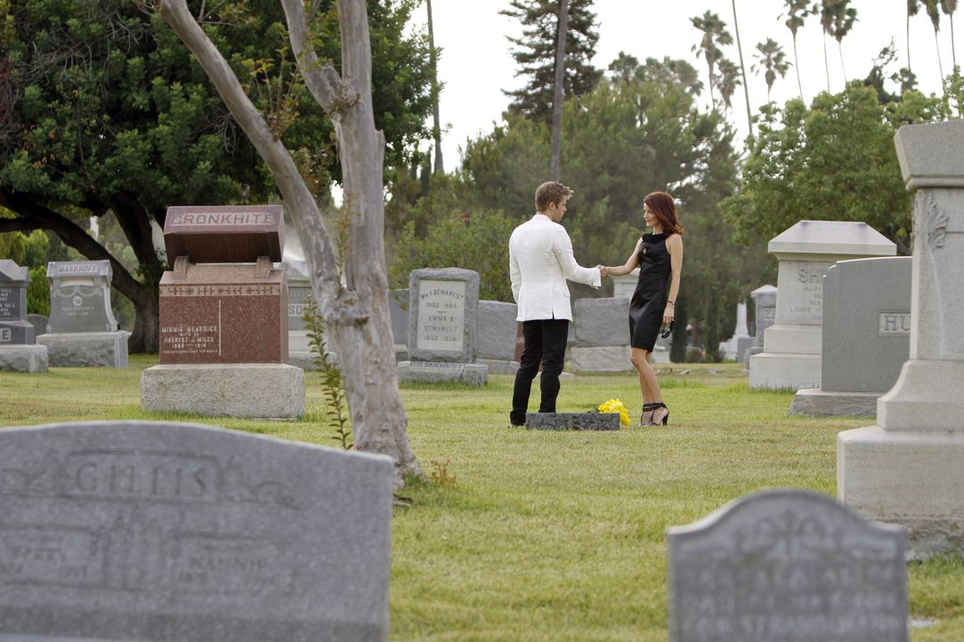 Auf dem Friedhof trifft David (Shaun Sipos, l.) auf die attraktive Sydney (Laura Leighton, r.) ... - Bildquelle: 2009 The CW Network, LLC. All rights reserved.