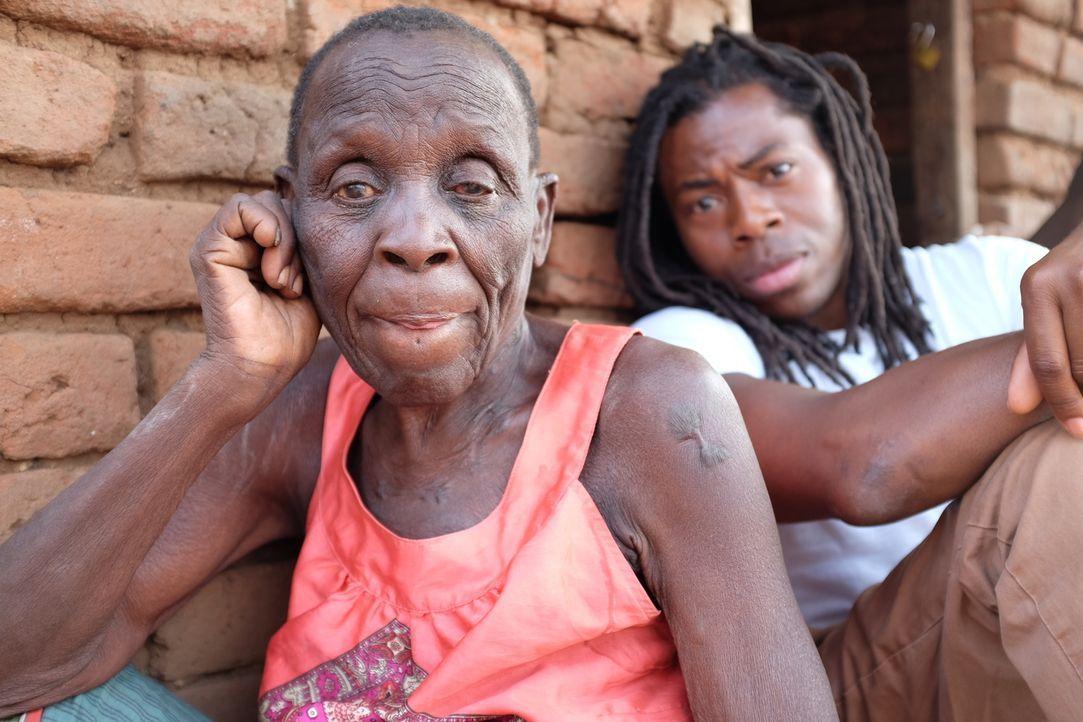 Malawi ist ein extrem armes afrikanisches Land, in dem es nicht nur an Nahrung, sondern auch an ärztlicher Versorgung fehlt. Ade Adepitan (r.) reist... - Bildquelle: Quicksilver Media