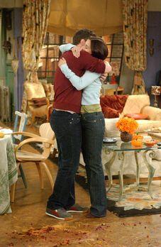 Friends - Der Anruf der Adoptionsagentur macht Chandler (Matthew Perry, l.) u...