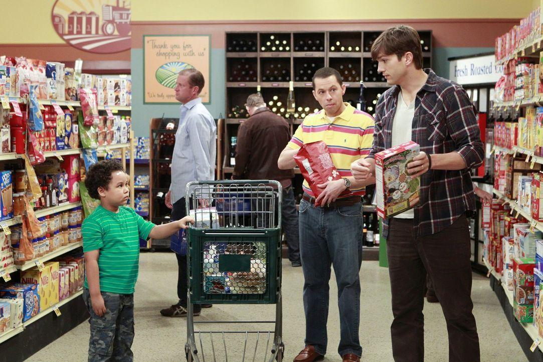 Alan (Jon Cryer, 2.v.r.) und Walden (Ashton Kutcher, r.) wollen bei der Erziehung ihres neuen Pflegesohns am gleichen Strang ziehen, doch Louis (Eda... - Bildquelle: Warner Bros. Entertainment, Inc.