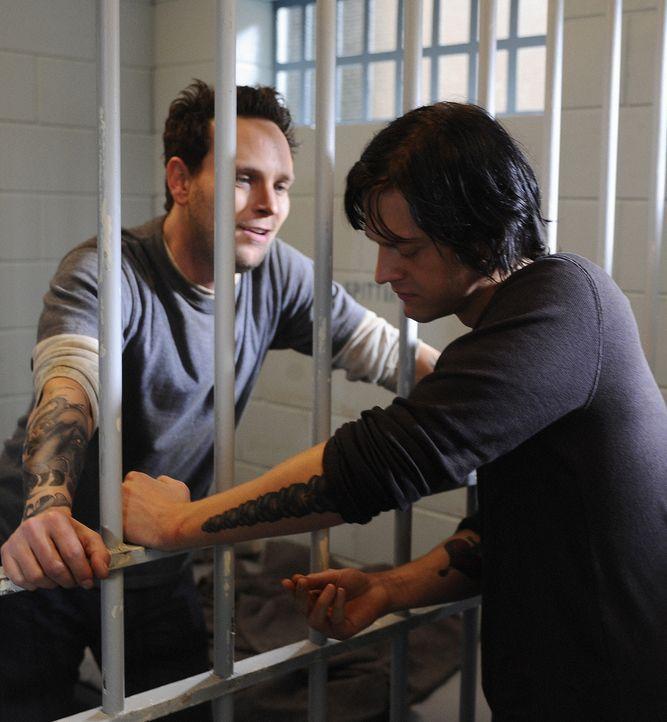 J.D. (Dean Chekvala, r.) ist es gelungen, an die Schlüssel für das Gefängnistor zu kommen. Doch er will ihn Shane (Ben Cotton, l.) nicht geben ... - Bildquelle: 2009 CBS Studios Inc. All Rights Reserved.