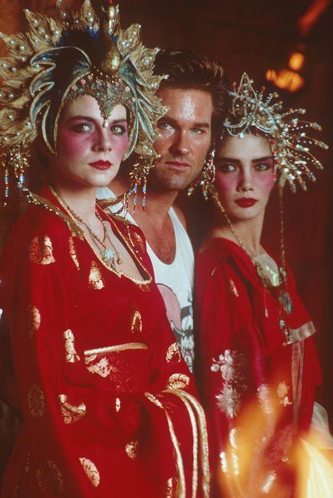 Jack (Kurt Russell, M.) erhält die dankbare Aufgabe, die beiden grünäugigen Schönheiten Gracie (Kim Cattrall, l.) und Miao Yin (Suzee Pai, r.) aus d... - Bildquelle: 20th Century Fox
