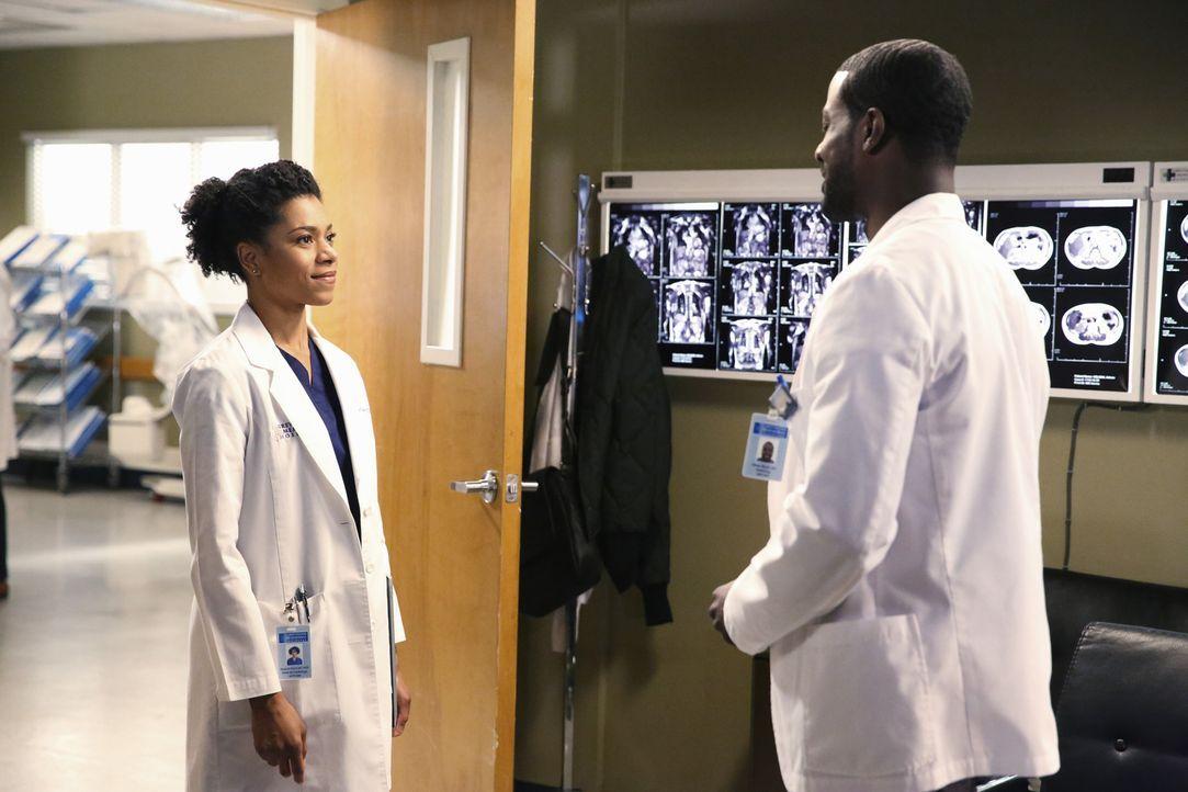 Als ein Erdbeben Seattle trifft, bleiben Maggie (Kelly McCreary, l.) und Ethan (Lance Gross, r.) im Fahrstuhl stecken, während Ben sich Jackson anve... - Bildquelle: ABC Studios