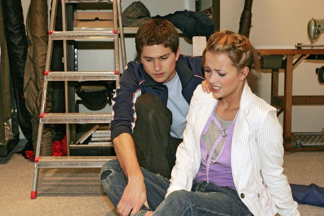 Als Hannah (Laura Osswald, r.) mit dem Fuß umknickt, will sie sich zunächst von Timo (Matthias Dietrich, l.) nicht helfen lassen, doch der Schmerz i... - Bildquelle: Noreen Flynn Sat.1