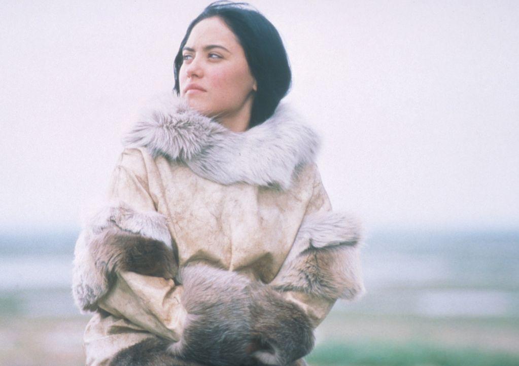 Zum Glück ist die hübsche Kanaalaq (Annabella Piugattuk) mit dem Leben in der Wildnis vertraut! - Bildquelle: Overseas Filmgroup