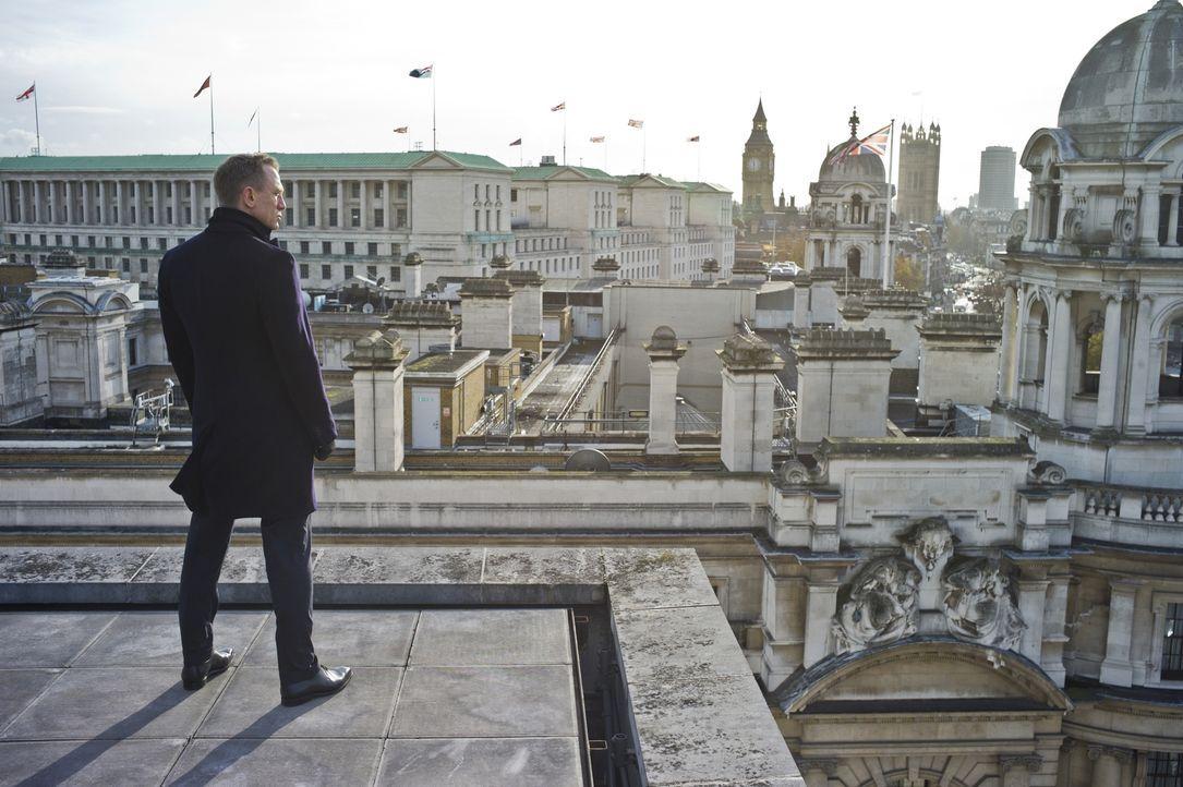 Von Feinden umgeben, hat M nur noch einen Verbündeten, dem sie trauen kann: Agent 007 (Daniel Craig)! Doch nach der Rückkehr nach London muss dieser... - Bildquelle: Skyfall   2012 Danjaq, LLC, United Artists Corporation and Columbia Pictures Industries, Inc. All rights reserved.
