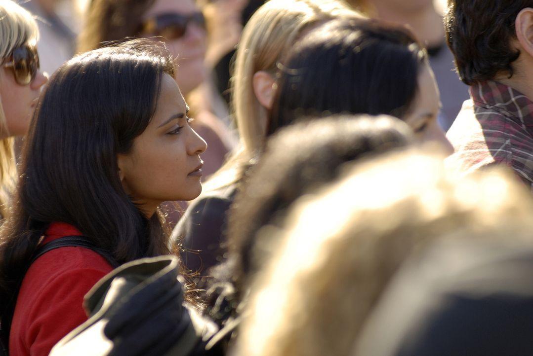 Neela (Parminder Nagra, l.) steht in der Menge und hört zu, was die Initiatoren der Anti-Kriegs-Demo zu sagen haben. Doch dann eskaliert die Situati... - Bildquelle: Warner Bros. Television