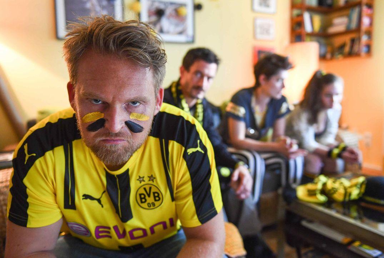 Als Vollblut-BVB-Fan Philipp (Axel Stein) erfährt, dass der FC Bayern den BVB-Star Andi Marxen nach München holen wird, sieht er rot. Da fällt ihm a... - Bildquelle: Willi Weber SAT.1