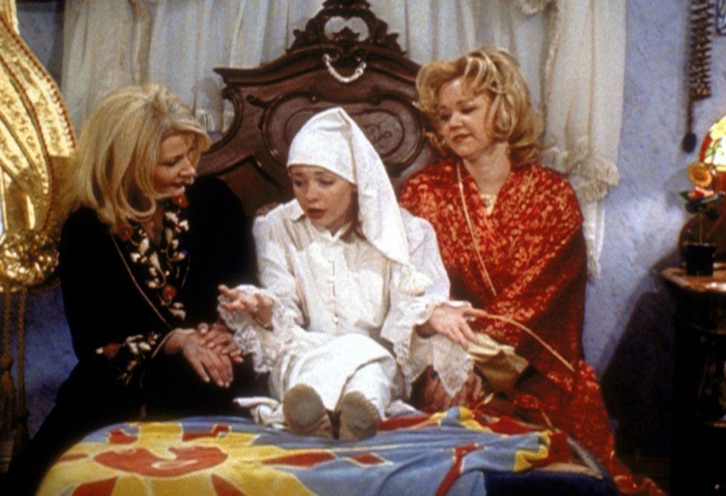Sabrina (Melissa Joan Hart, M.) hat einen Job als Sandmännchen gefunden. Doch ihre Tanten Zelda (Beth Broderick, l.) und Hilda (Caroline Rhea, r.)... - Bildquelle: Paramount Pictures