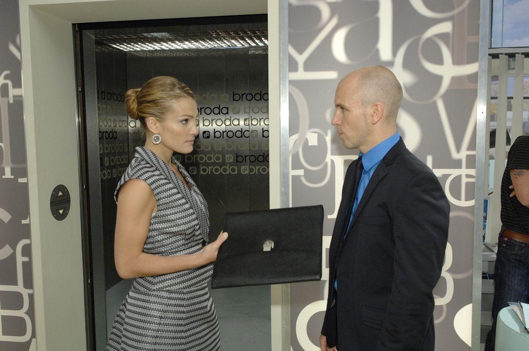 Gerrit (Lars Löllmann, r.) ist schockiert, als er erfährt, dass Annett (Tanja Wenzel, l.) Geschäftsführerin von Broda & Broda werden soll ... - Bildquelle: Sat.1